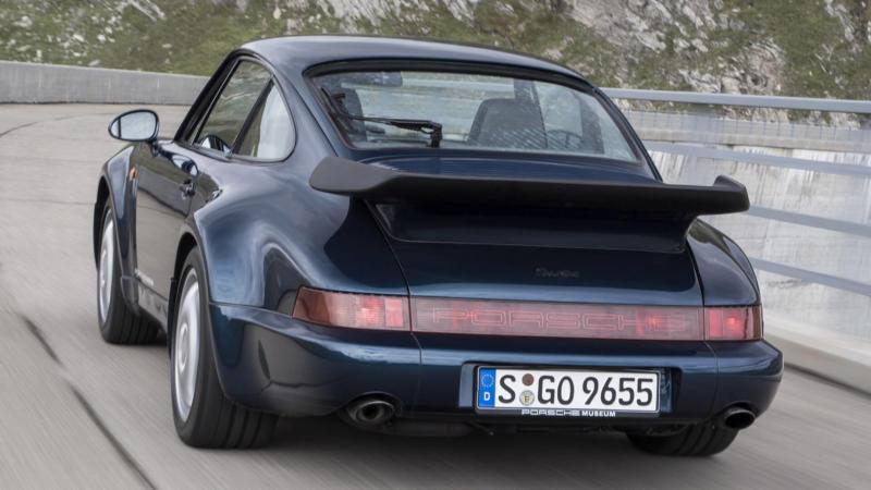 Вид сзади Porsche 911