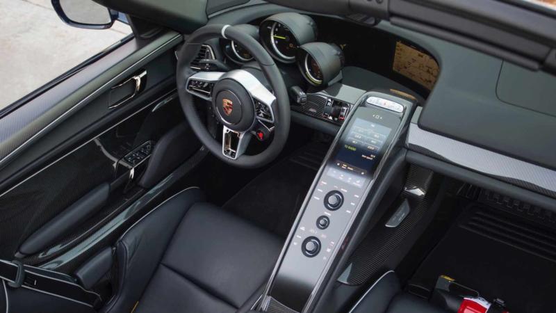 Интерьер Porsche 918 Spyder