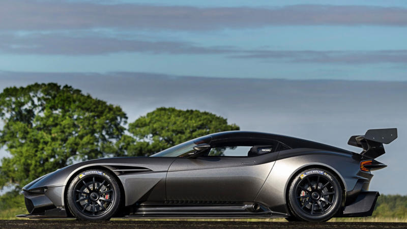 Вид сбоку Aston Martin Vulcan
