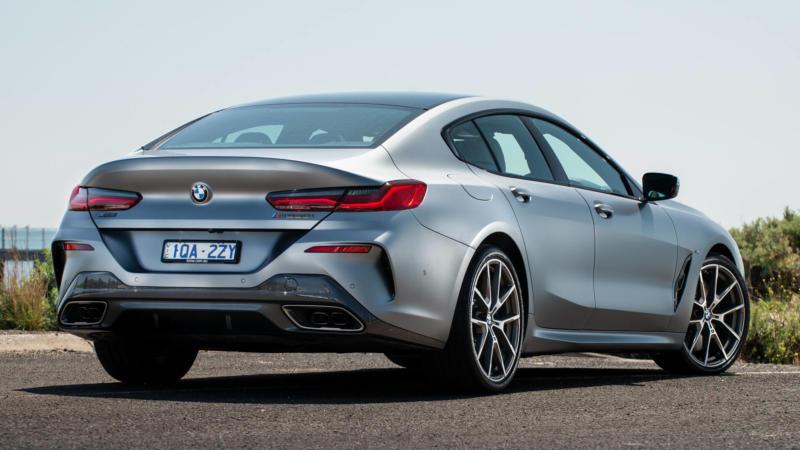 Вид сзади BMW M8