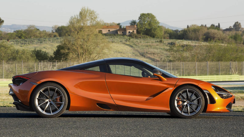 McLaren 720S вид сбоку