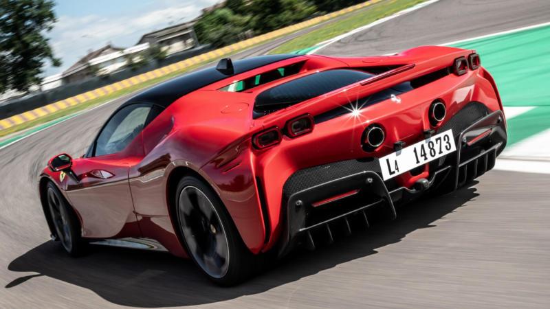 Ferrari SF90 Stradale вид сзади