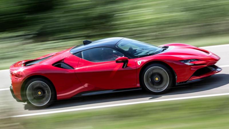 Ferrari SF90 Stradale вид сбоку