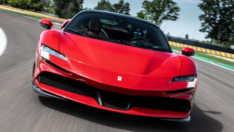 Ferrari SF90 Stradale вид спереди