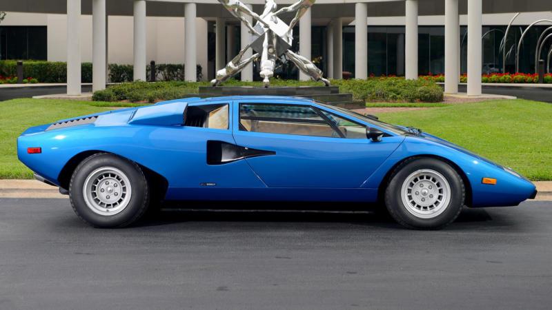 Lamborghini Countach вид сбоку