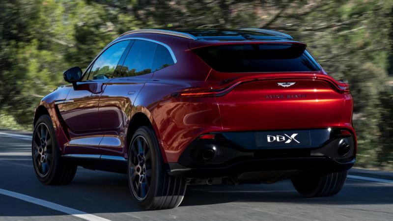 Aston Martin DBX вид сзади