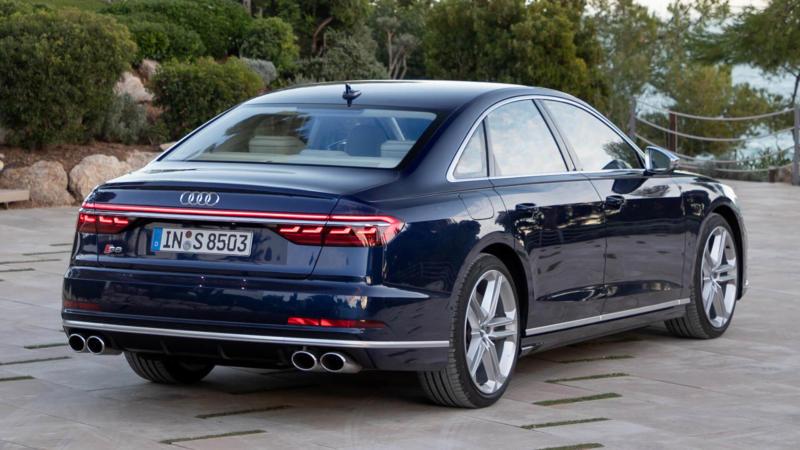 Audi S8 вид сзади
