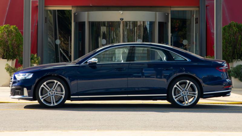 Audi S8 вид сбоку