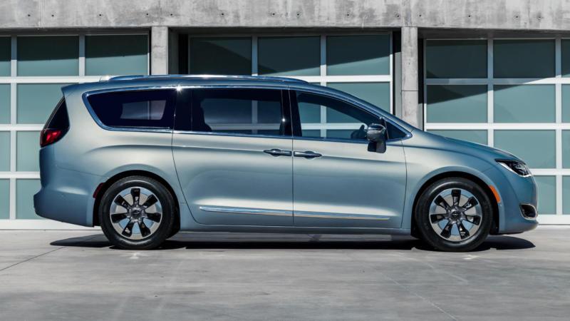 Chrysler Pacifica вид сбоку