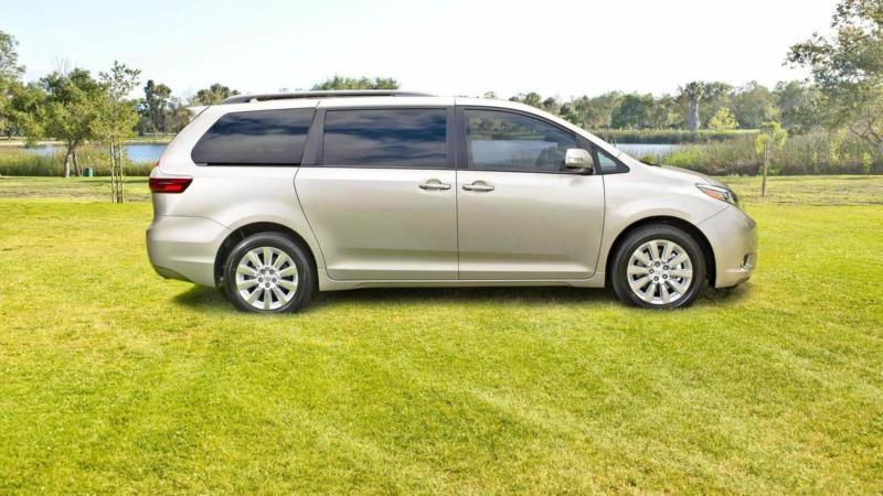 Toyota Sienna вид сбоку