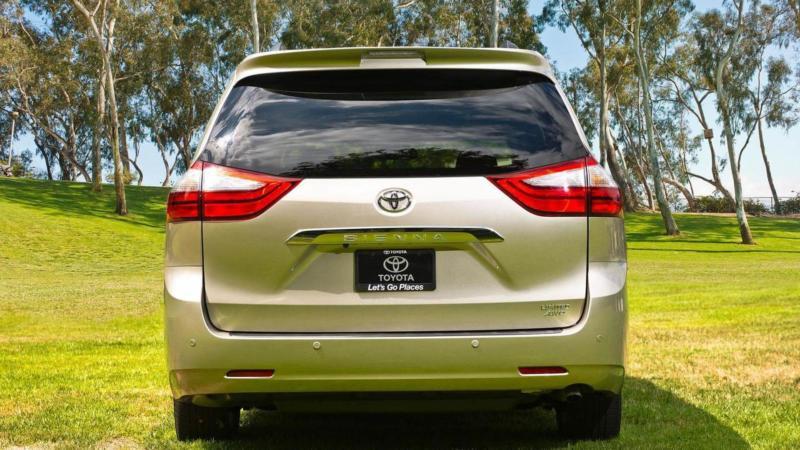 Toyota Sienna вид сзади