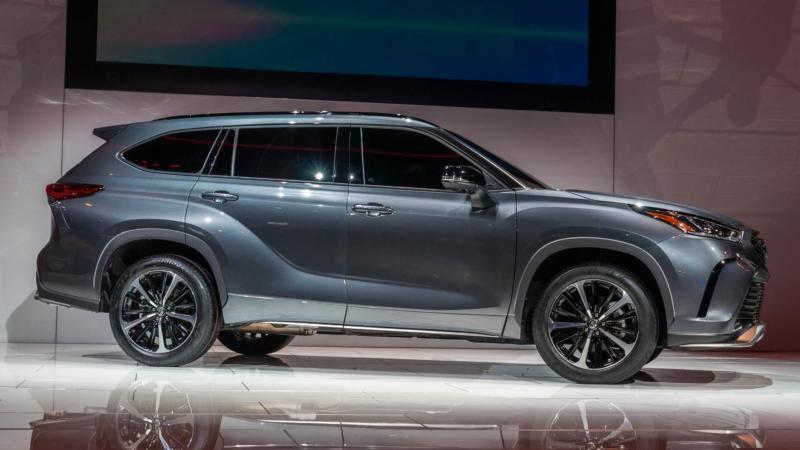 Toyota Highlander вид сбоку