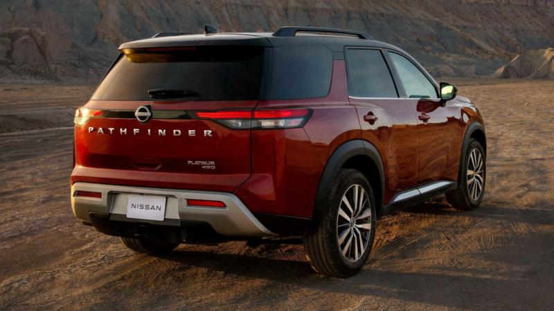 Nissan Pathfinder вид сзади