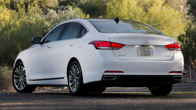 Hyundai Genesis вид сзади