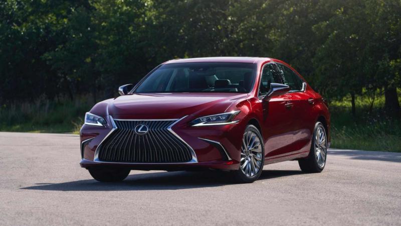 Lexus ES вид спереди