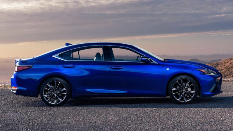 Lexus ES вид сбоку