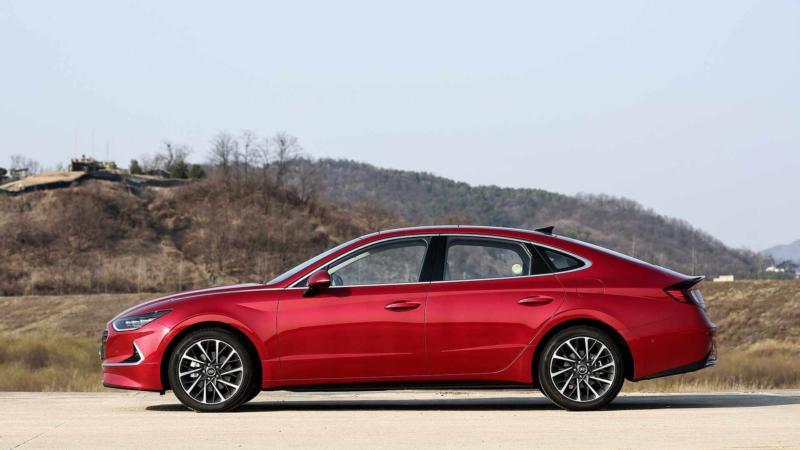 Hyundai Sonata вид сбоку
