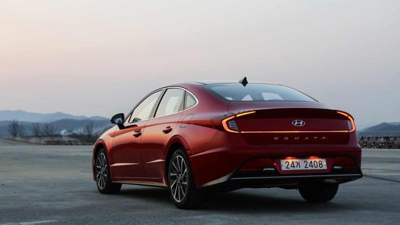 Hyundai Sonata вид сзади