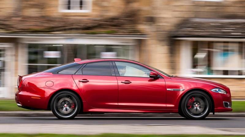 Вид сбоку Jaguar XJ