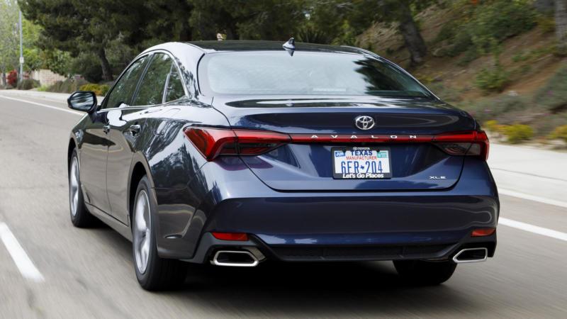 Toyota Avalon вид сзади