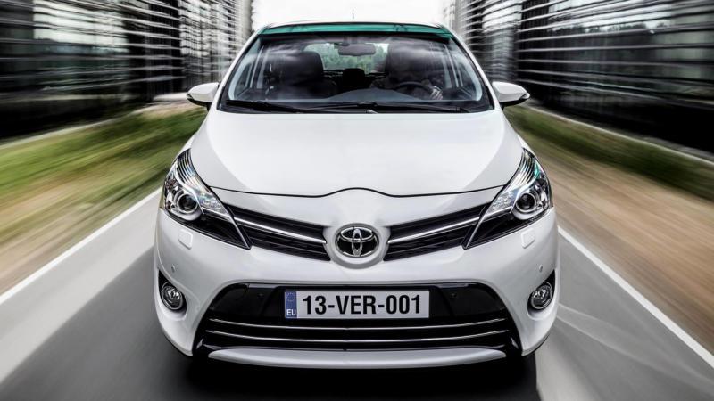 Toyota Verso вид спереди