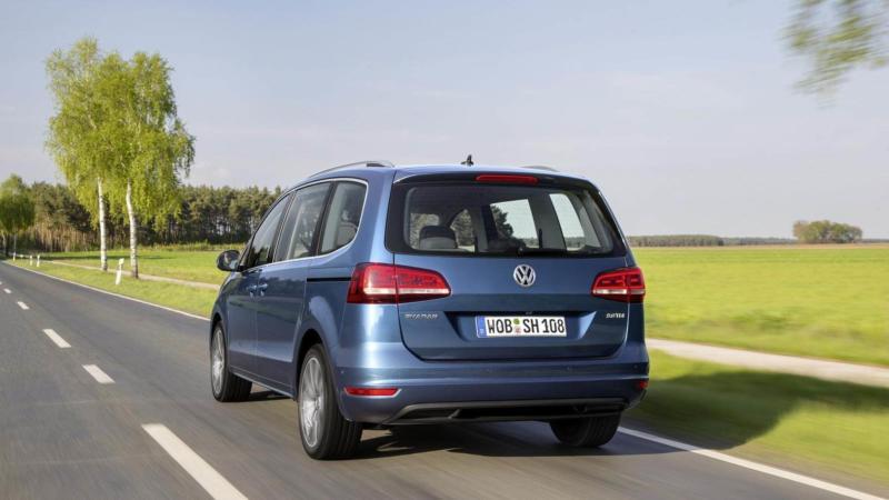 Volkswagen Sharan вид сзади