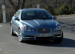 Jaguar XF вид спереди