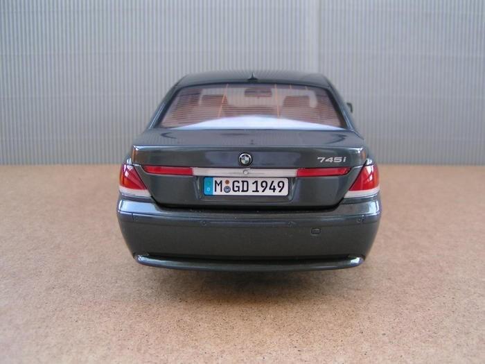 BMW 745i вид сзади