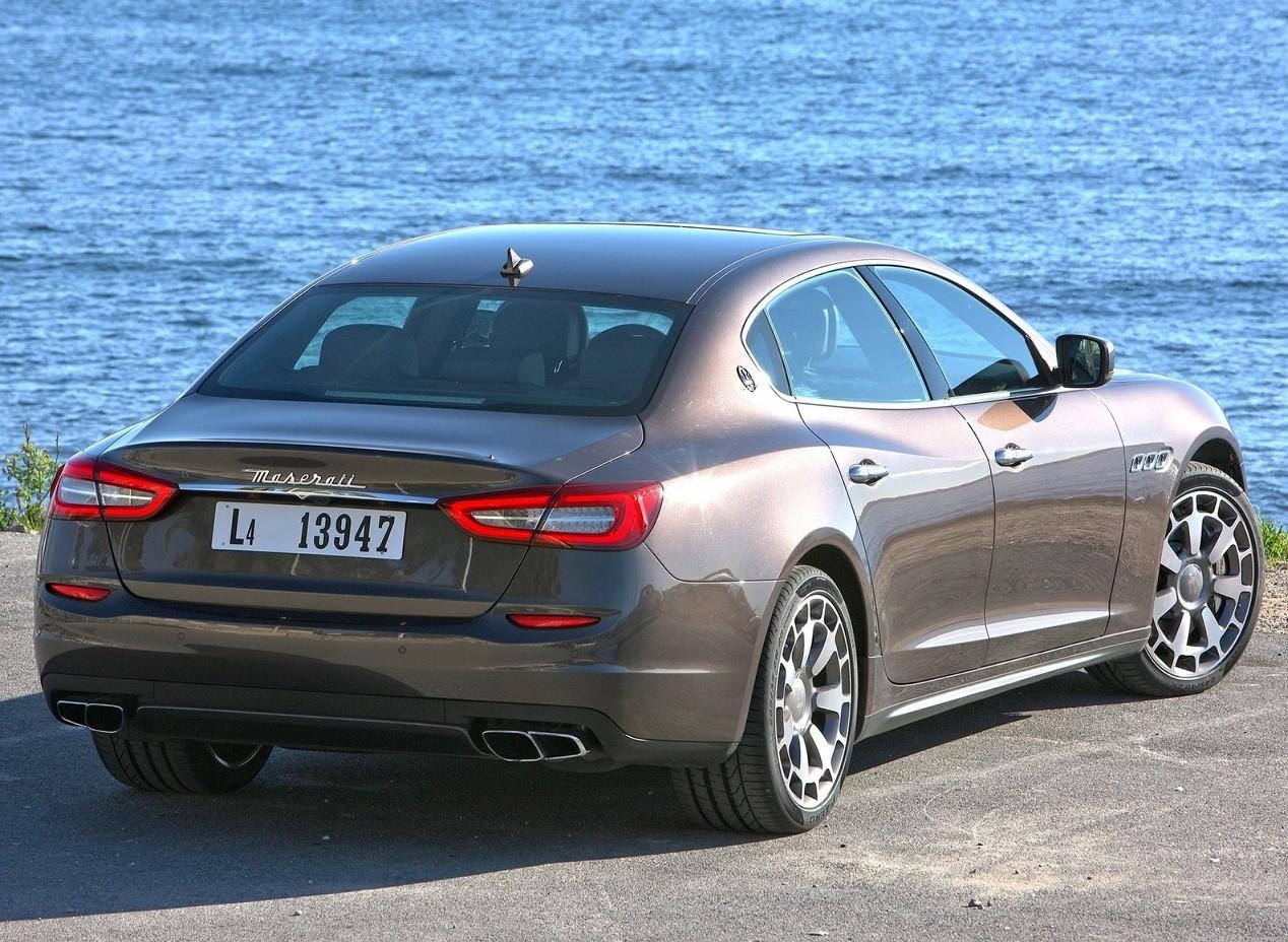 Maserati Quattroporte вид сзади