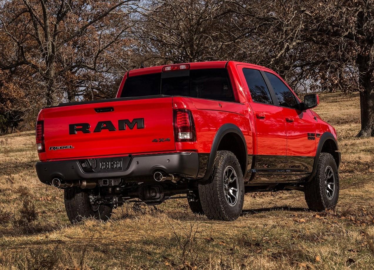 Dodge Ram 1500 Rebel вид сзади