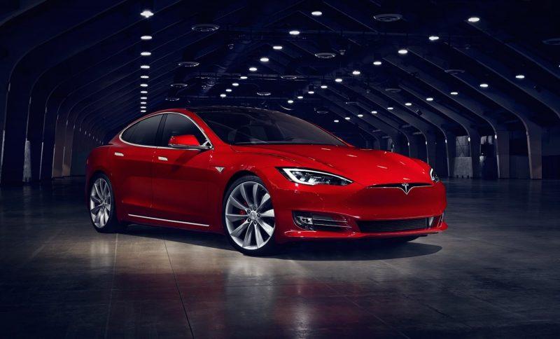 Tesla Model S красная
