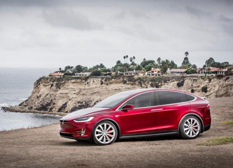 Вид сбоку Tesla Model X