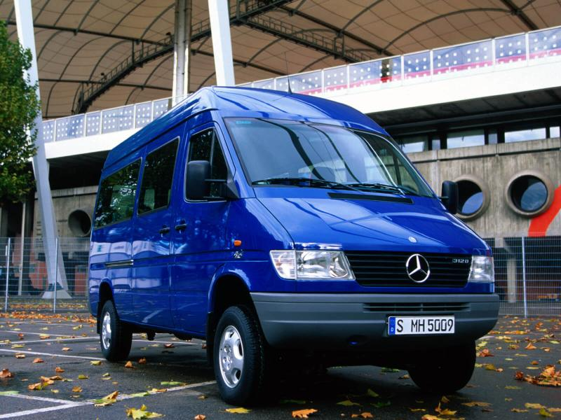 Вид спереди Mercedes-Benz Sprinter