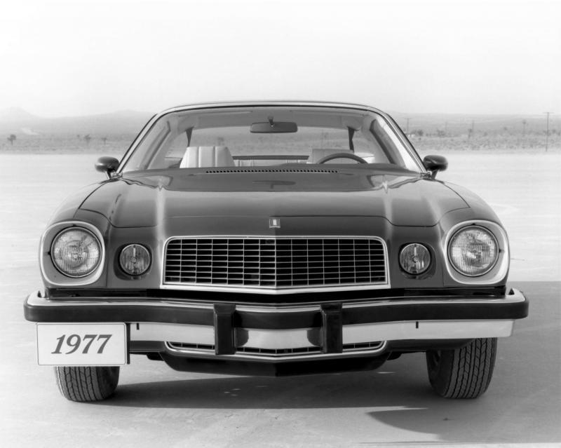 Вид спереди Chevrolet Camaro 1977 года