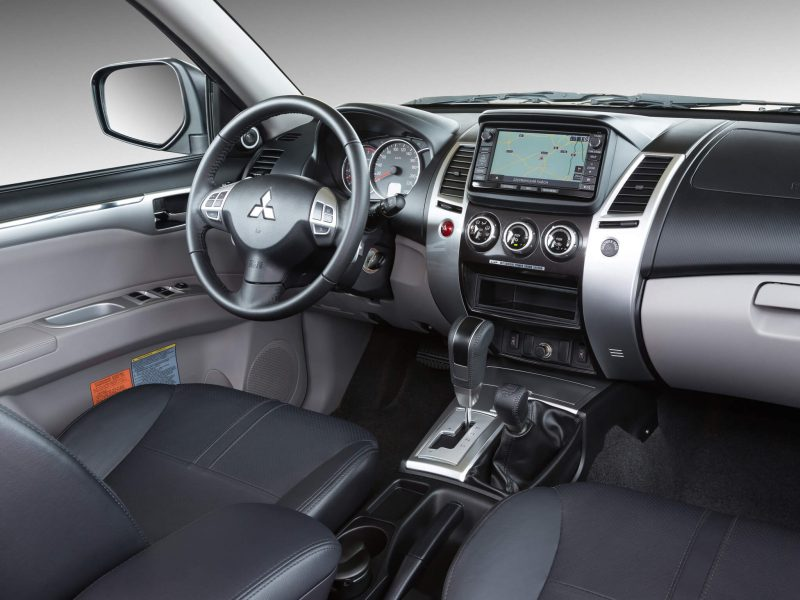 Интерьер Mitsubishi Pajero Sport 2