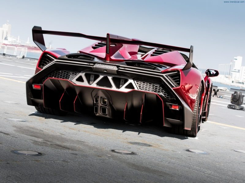 Вид сзади Lamborghini Veneno Roadster